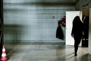 mujer-en-garaje